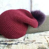 Вязаная шапка красного цвета с меховым бубоном из песца